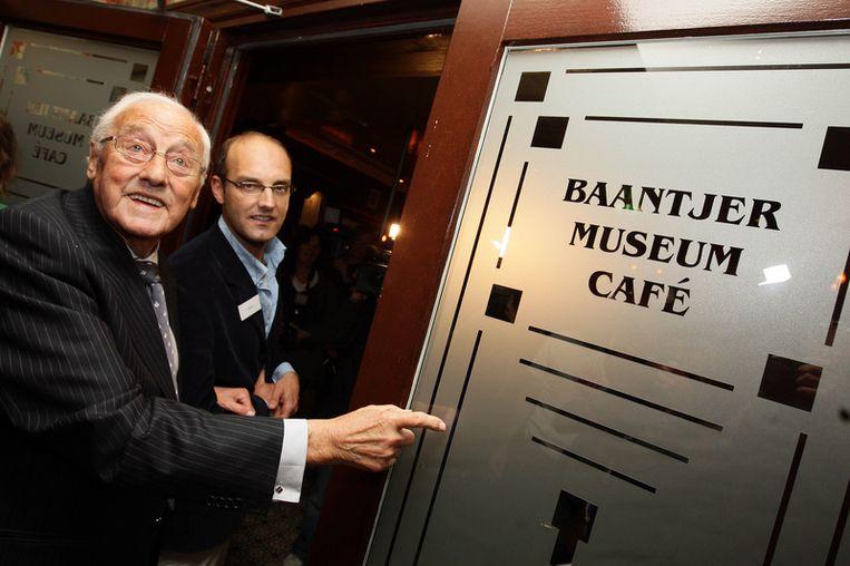 Appie voor het Baantjermuseum, dat in mei 2008 in de kelder van cafe Heffer aan de Warmoesstraat werd geopend. <br /> Beeld