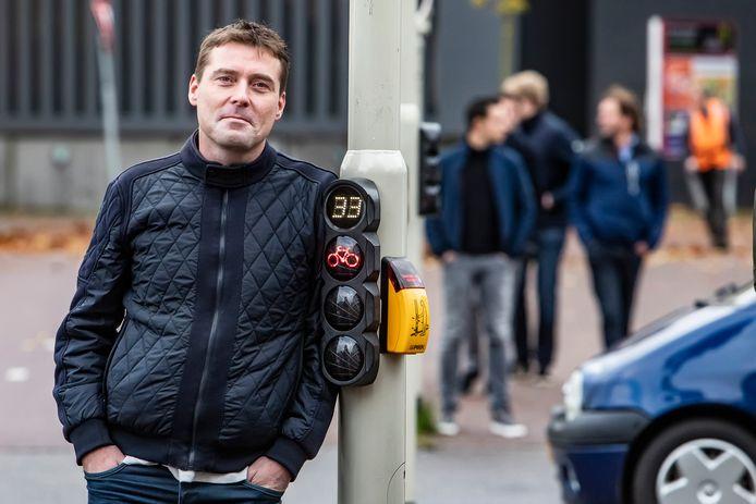 Arie de Niet bij het door hem gewraakte verkeerslicht. 'Het is weer zover', klaagde hij via een tweet. 'Wachttijdvoorspeller voor fietsers op Churchillplein in Deventer staat meer dan een minuut lang stil op 1. Dat gebeurt me iets te vaak'.