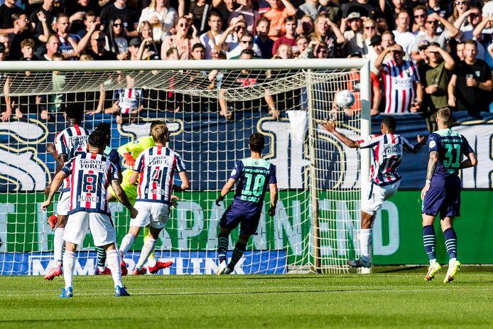 Eran Zahavi heeft de bal over zijn eigen doelman heen gekopt en zo komt Willem II op voorsprong.