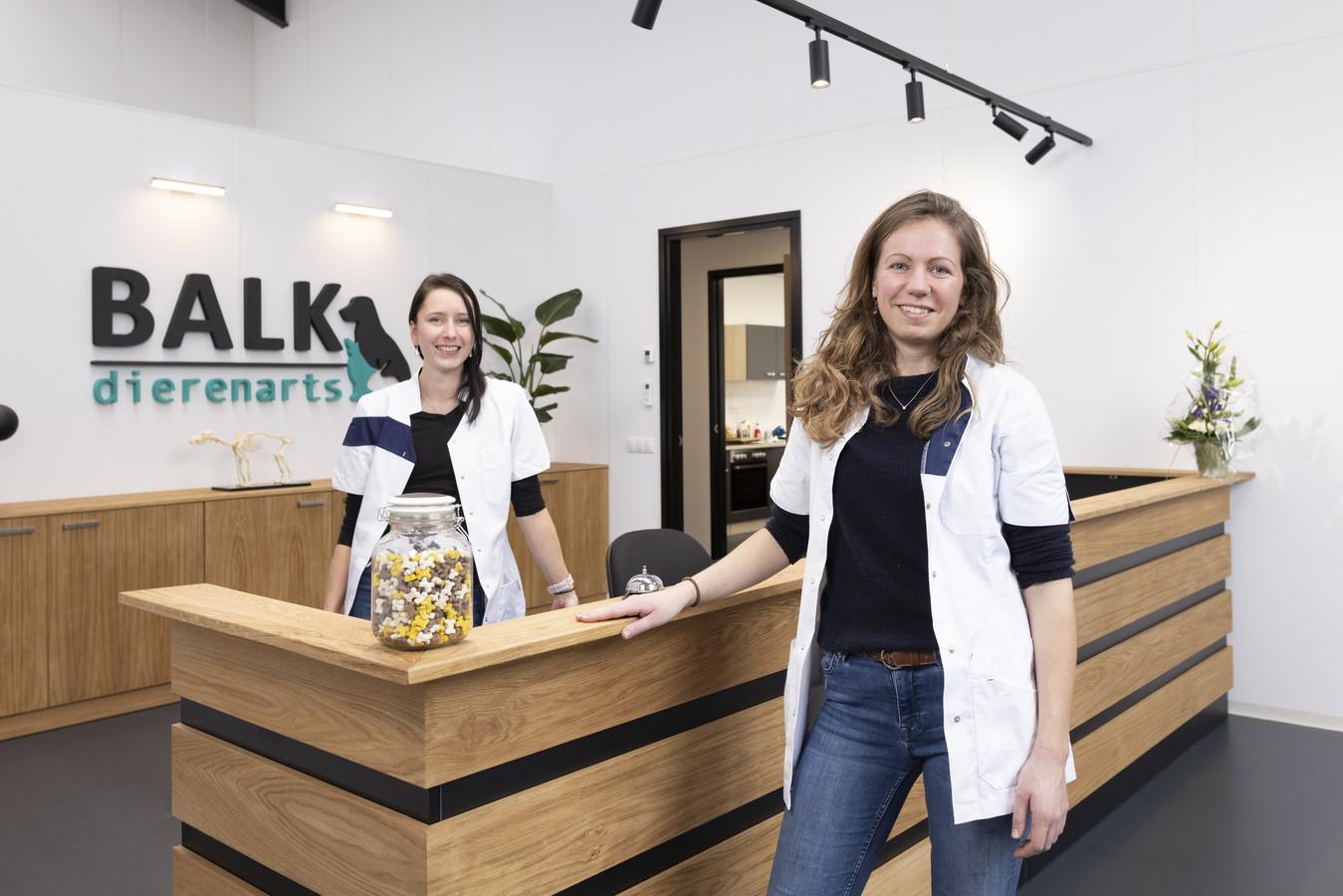 Daisy Balk opende in december een nieuwe dierenartspraktijk in Hengelo. Op de achtergrond medewerker Michelle Strave. Bezwaren tegen haar komst zijn afgewezen.