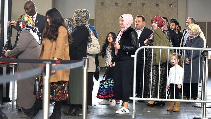 Turkse Nederlanders staan in de rij om hun stem uit te brengen in de RAI
