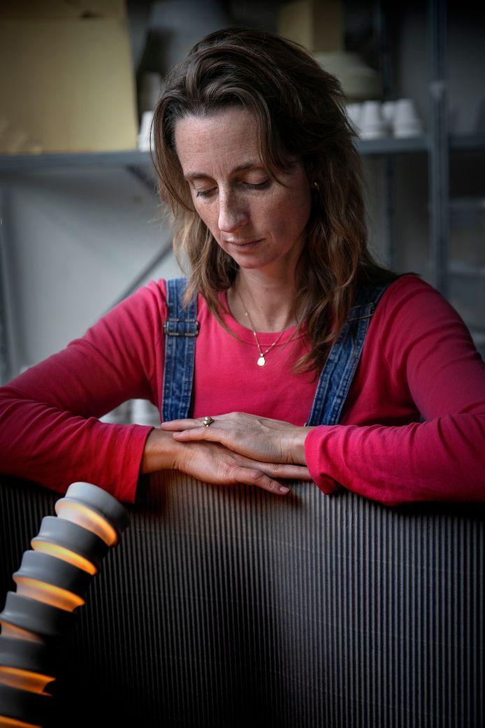 Vormgeefster Kiki van Eijk bij haar werk dat ze laat zien tijdens de komende DDW in Plan B.