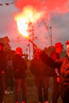 Politie stuurt aan op einde van feest op Oranjerotonde in Apeldoorn; veel mensen keren huiswaarts
