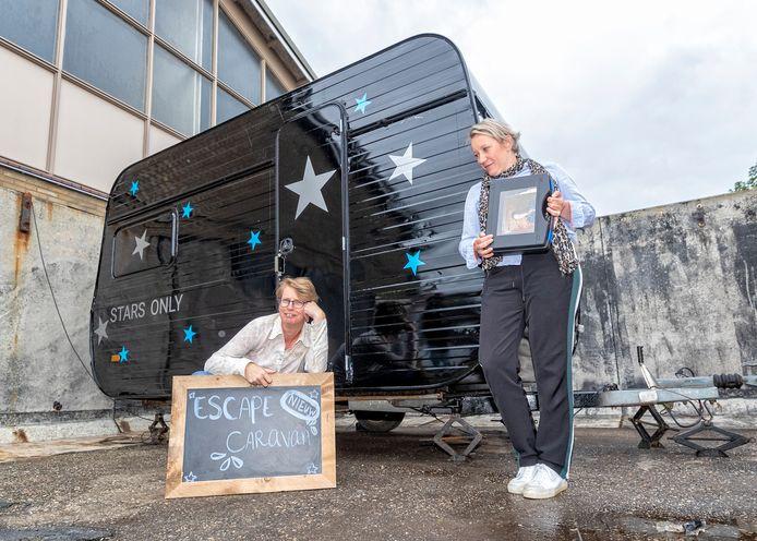 Verslaggever Anke Steffers (l.) en haar zus proberen de nieuwe Escape Caravan uit.