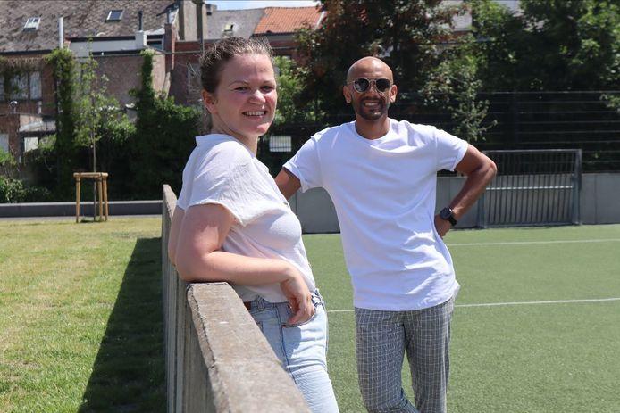 Evelyne Van Hecke, coördinator van Moving Ground, en schepen Abdrahman Labsir aan Sporthal Donkerlei.