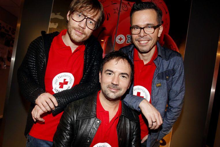Giel Beelen (L), Michiel Veenstra (M) en Gerard Ekdom laten zich dinsdagavond opsluiten in het Glazen Huis in Enschede Beeld anp