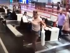 Elle croit qu'on accède à l'avion par le tapis roulant à bagages