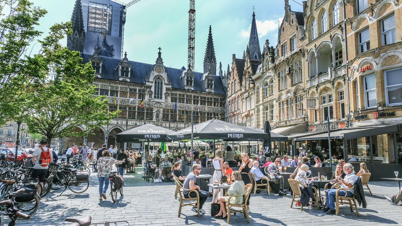 Hoe lang mogen terrassen en cafés openblijven, daar zal in het Overlegcomité flink over doorgepraat worden. Beeld Henk Deleu