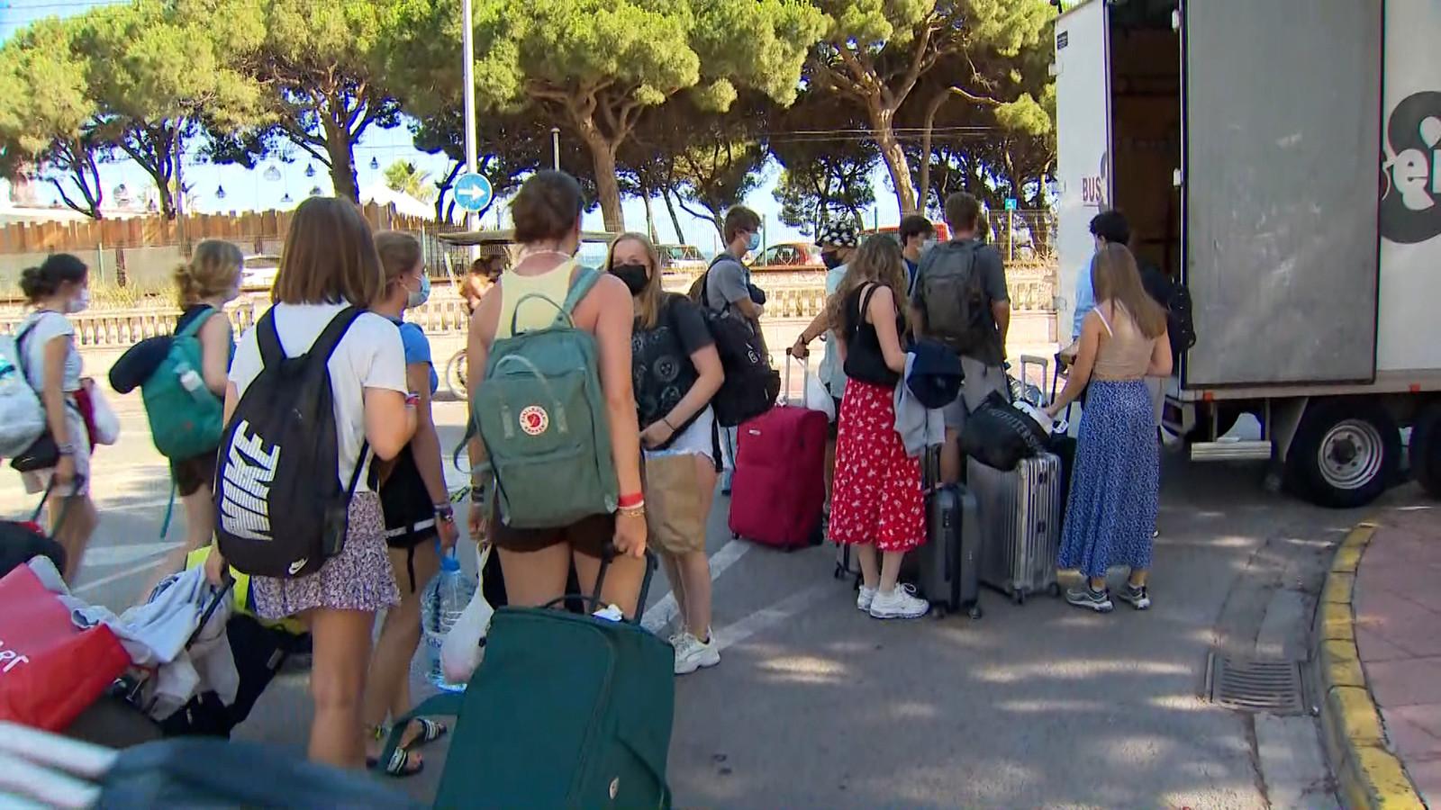 Bussen met besmette jongeren van Jongerentravel vertrekken vanuit Spanje.