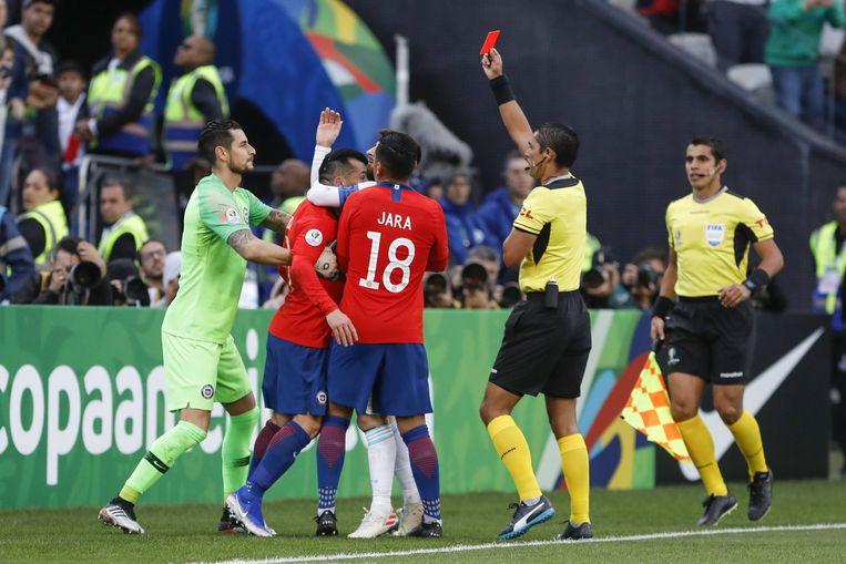 Messi krijgt rood na een opstootje.  Beeld BSR Agency