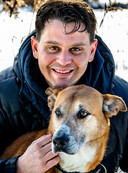 De foto van Arnoud en Rex, zoals verschenen in het artikel over 'coronahonden'.