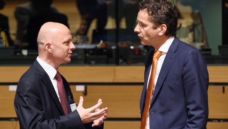 Minister Jeroen Dijsselbloem praat met zijn Poolse collega Pawel Szalamacha tijdens de Ecofin-top. Beeld afp