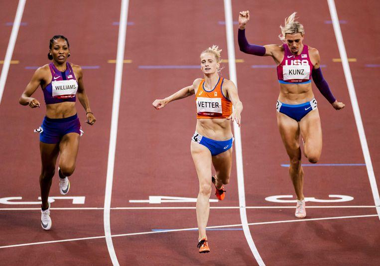 Anouk Vetter finisht haar 200 meter in het Olympisch Stadion. Beeld ANP