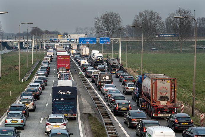 De verkeerslichten bij knooppunt Hooipolder zorgen voor files.