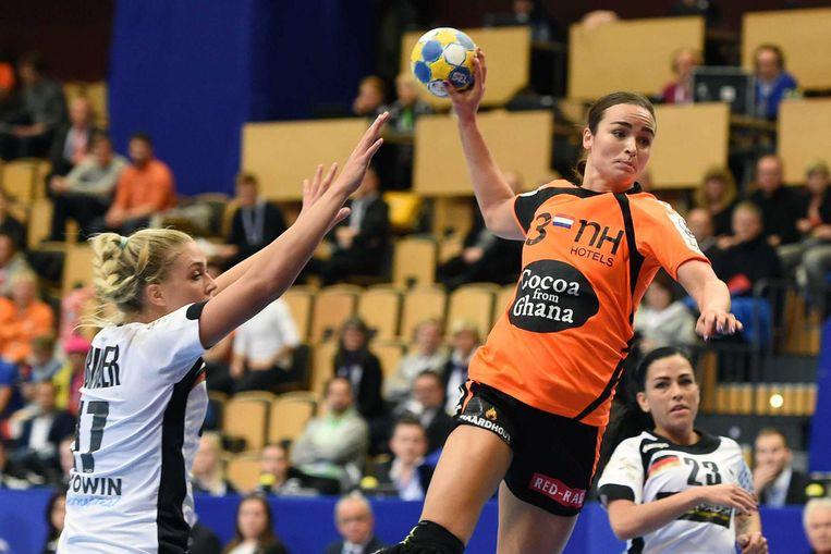 Yvette Broch in actie tegen Duitsland op het EK handbal in Zweden in 2017. Beeld ANP