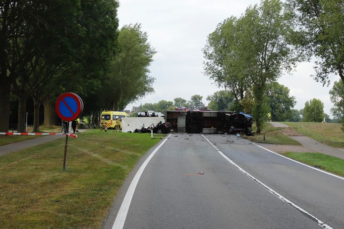 De vrachtwagen ligt dwars op de weg.
