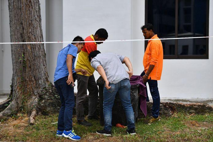 Politie op de plek waar de baby werd aangetroffen in een vuilniscontainer.