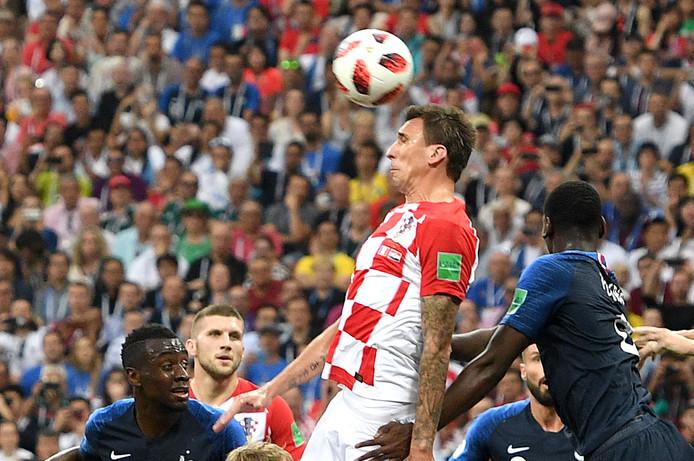 Mario Mandzukic kopt de 1-0 in eigen doel binnen.