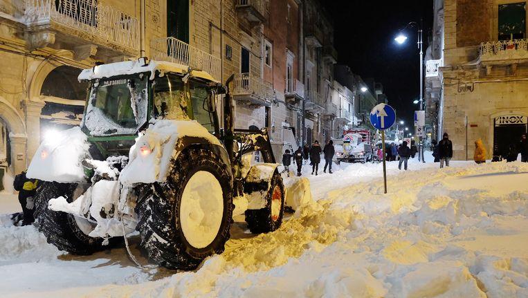 Ondergesneeuwde straten in het Italiaanse Santeramo in Colle nabij de stad Bari.