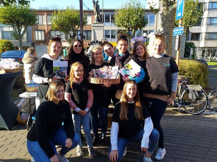 Kristl Verbeke kwam de buurtbewoners uit de Armand Seghersstraat deze voormiddag helpen tijdens de wekelijkse maandagmarkt.