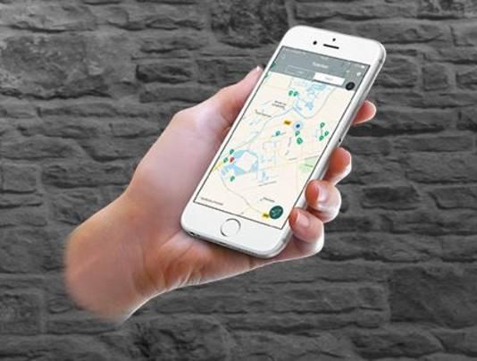 De app op de smartphone wijst de weg.