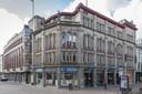 Het voormalige pand van boekhandel Broese en rechts daarnaast dat van de centrale bibliotheek in Utrecht.
