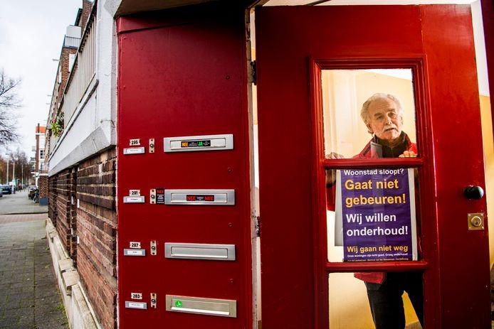 Adrie Braber protesteert tegen de sloop van zijn huis in Kralingen.