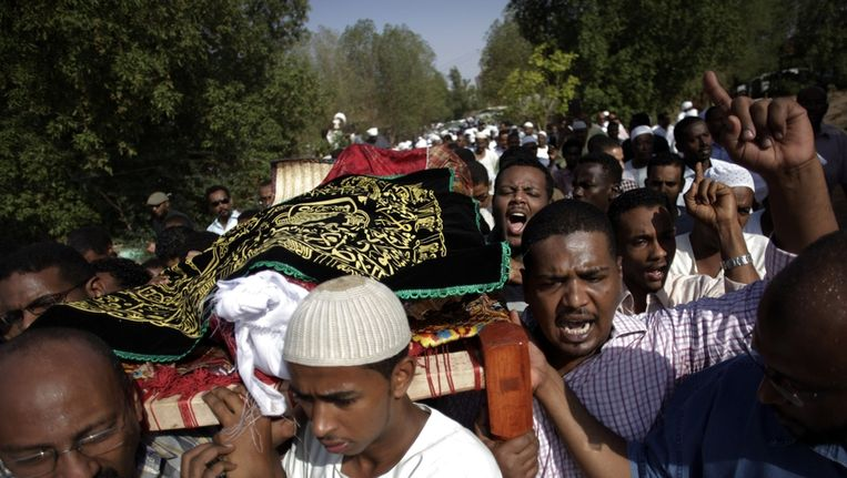 Zaterdag werd in Khartoum de 26-jarige Salah Sanhory begraven. Hij was vrijdag door veiligheidstroepen gedood. Beeld ap