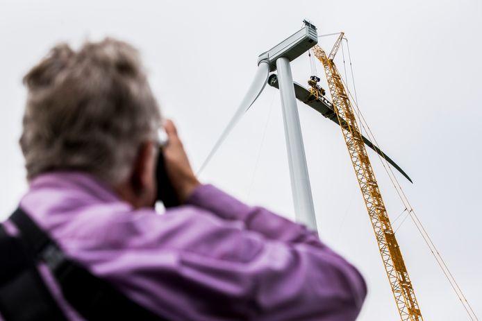Een kleine groep van 10 procent van de Nederlanders denkt dat groene stroom uit eigen land, zoals afkomstig van deze windmolen van Windpark Drentse Monden Oostermoer, niet bestaat.