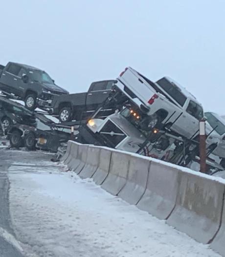 Truck met lading nieuwe auto's slipt net niet in afgrond