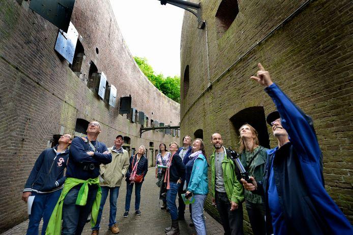 Bezoekers bekijken Fort Honswijk tijdens een open dag.  Honswijk is één van de forten van de Hollandse Waterlinie.