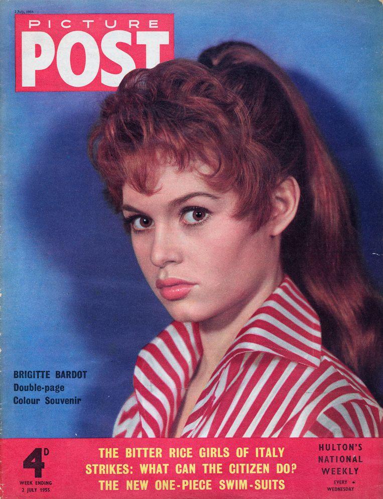 Brigitte Bardot op Picture Post magazine in 1955.  Beeld Getty Images