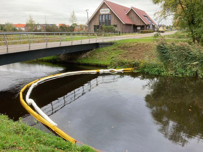 Ter hoogte van de nieuwe school in de Bornsche Maten is een zogenoemde olieboom geplaatst om verdere verspreiding van de vervuiling tegen te gaan.