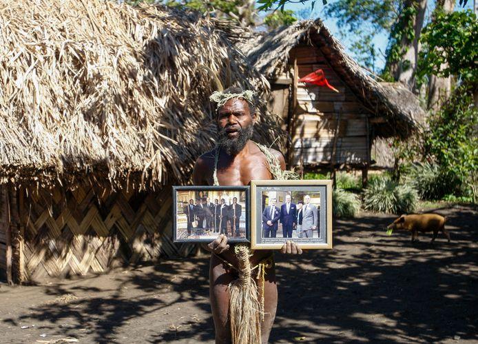 Eiland bewoner Albi Nagia poseert met foto's van der aanbeden en nu betreurde prins Philip.
