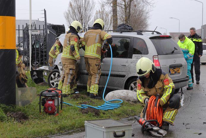Brandweerlieden verlenen hulp in Waalwijk.