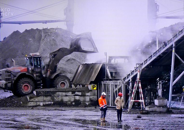 Teun van de Keuken voor De vuilnisman bij een vuilverwerker in Terneuzen. Beeld