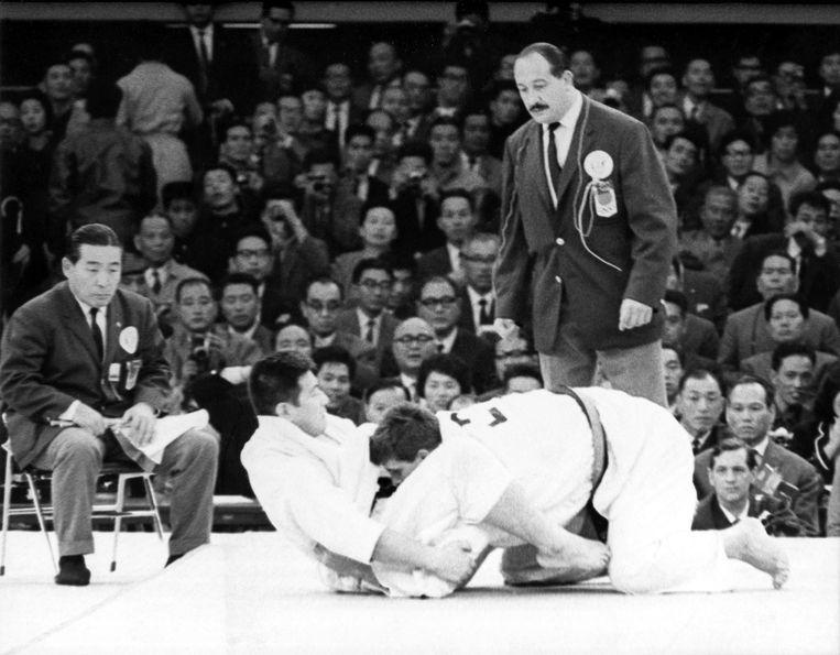 De judokamp tussen Anton Geesink en Akio Kaminaga op 23 oktober 1964 in Japan. Beeld AP