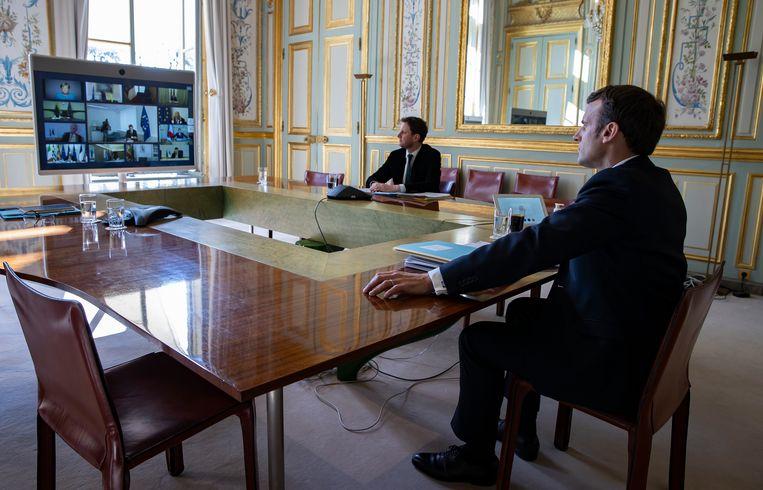 De Franse president Emmanuel Macron in een videoconferentie met leden van de Europese Raad. Beeld null
