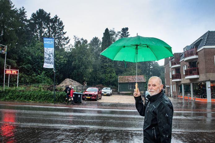 Wim Derksen voor beoogde bouwplaats aan de Pannenstraat in Groesbeek.