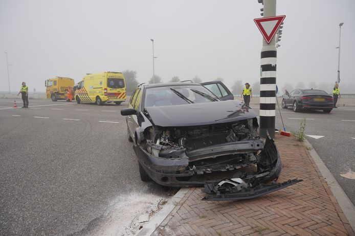 De auto raakte zwaarbeschadigd bij de aanrijding op de kruising van de Waalbrug met de Turennesingel in Nijmegen.