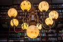 Een van de imposante luchters in de bibliotheek die architect Pierre Cuypers begin vorige eeuw ontwierp.