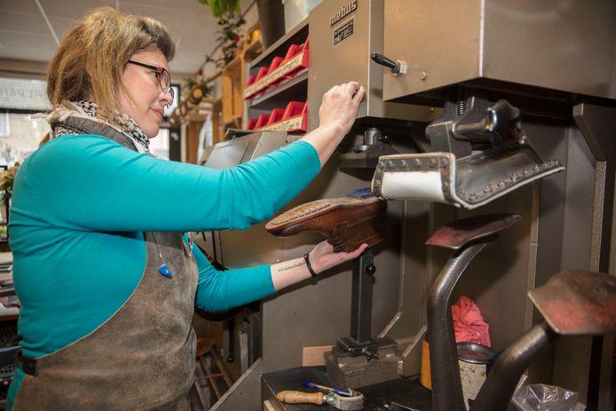 Tineke van Dun-Koster in haar schoenmakerij aan de Antwerpenlaan in De Tempel in Eindhoven (archief).