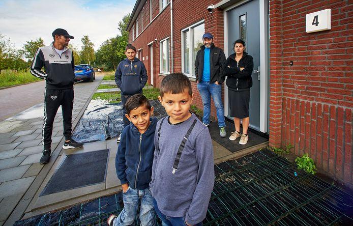 Bobie en Kristel Westhiner, met vooraan buurjongetje Rogillio (links) en zoon Diego, links neef Adam en middenachter zoon Choecka.