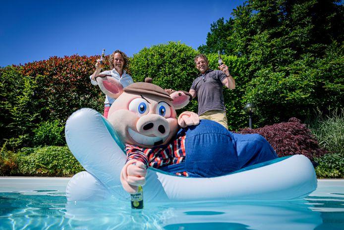 Twenterand krijgt een hele week zomerfeest, georganiseerd door de Stichting Sportpromotie Twenterand. Op de foto de nieuwe voorzitter Rik Nijkamp (L) en zijn voorgagner Andre Spit. Op de voorgrond mascotte Steven Pig.