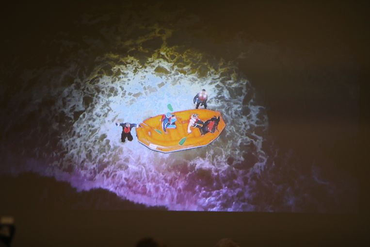 De camera met infrarood registreert activiteiten in de duinen, op het strand en op zee tot kilometers ver. Tijdens een oefening kon de politie snel een rubberbootje lokaliseren. Vervolgens werd de drone uitgestuurd, die dit beeld maakte in het holst van de nacht.
