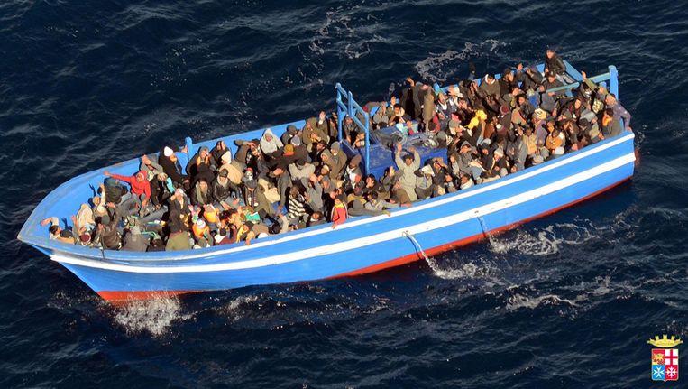 Een boot met 200 vluchtelingen voor de kust van Lampedusa. Beeld EPA