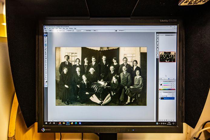 De oude familie-foto van Rudy Stegenga, met in het midden haar grootouders en hun kinderen.