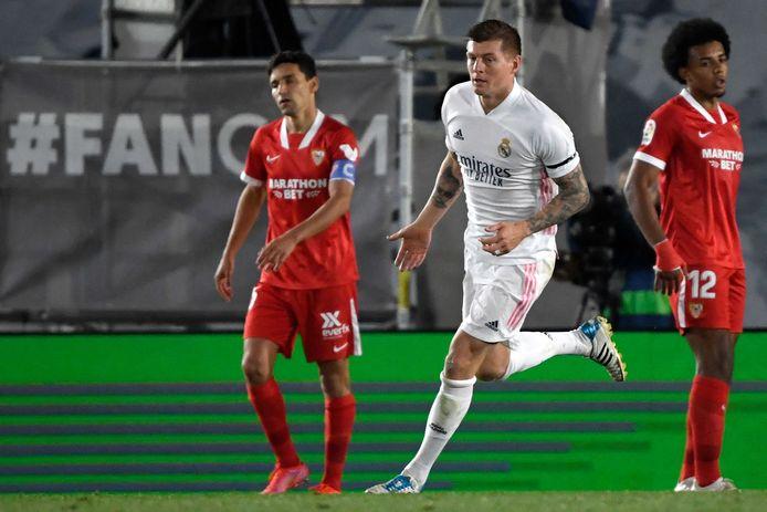 Toni Kroos juicht na een goal tegen Sevilla.