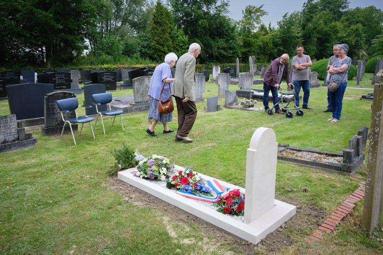 Het officiële oorlogsgraf van Henk Gritter. Links Henks broer Tino (90) en zijn vrouw Jannie.  Beeld Sjaak Verboom