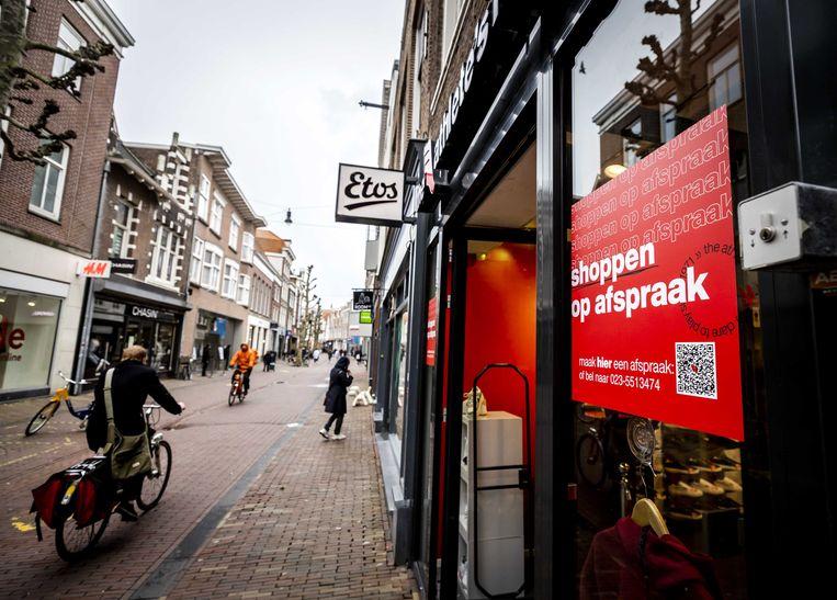 In tijden van lockdown probeerden winkels als deze in Haarlem (hier in maart van dit jaar) hun klanten nog zo goed mogelijk te bedienen, in afwachting van versoepelingen. Beeld ANP